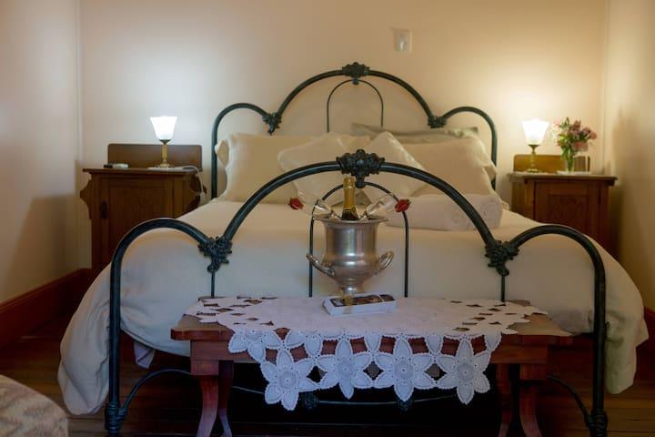 Jacaranda Room - Old world charm in Bolwarra