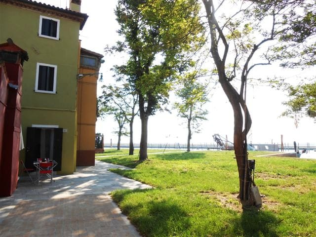 The house is in a very quiet peaceful area, along the lagoon, with a view on San Francesco del Deserto island