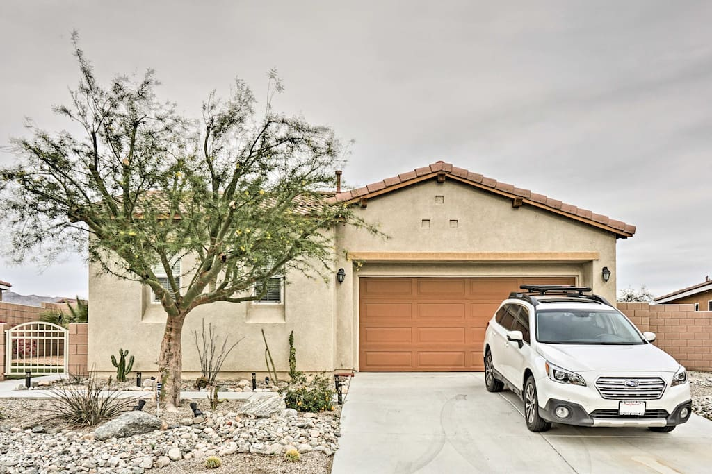 This newly renovated home for 6 sits minutes from golf courses and shopping.