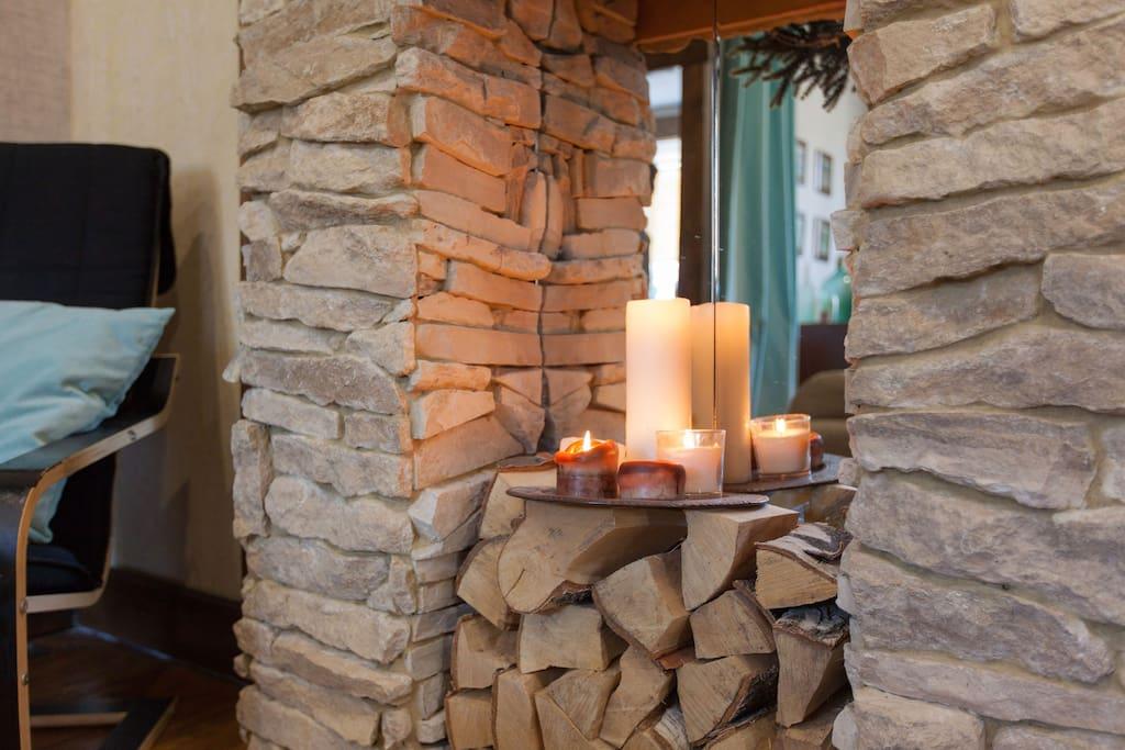 Свечной камин, который можно зажигать. Живой огонь придаёт невероятный уют гостиной.