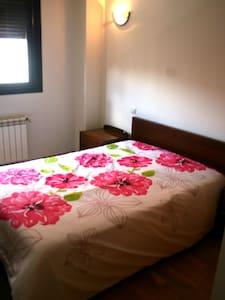 Habitación con cama matrimonial y baño privado - Ávila