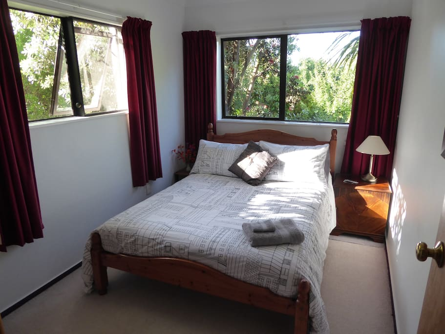 Pohutukawa Room - Double bedroom.