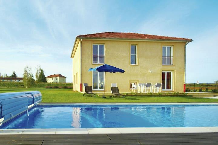 Modernes Ferienhaus mit Pool und Sauna und wunderschönem Panorama in der Nähe von Verdun