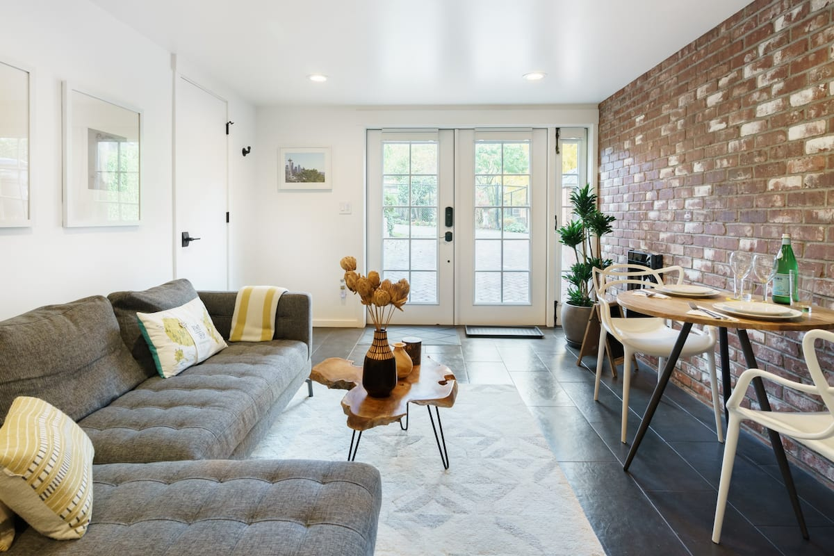 Walk to Leafy Parks from a Cozy Pad in Charming Montlake