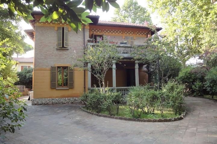 VILLA LIBERTY 1925 Cervia centro con giardino