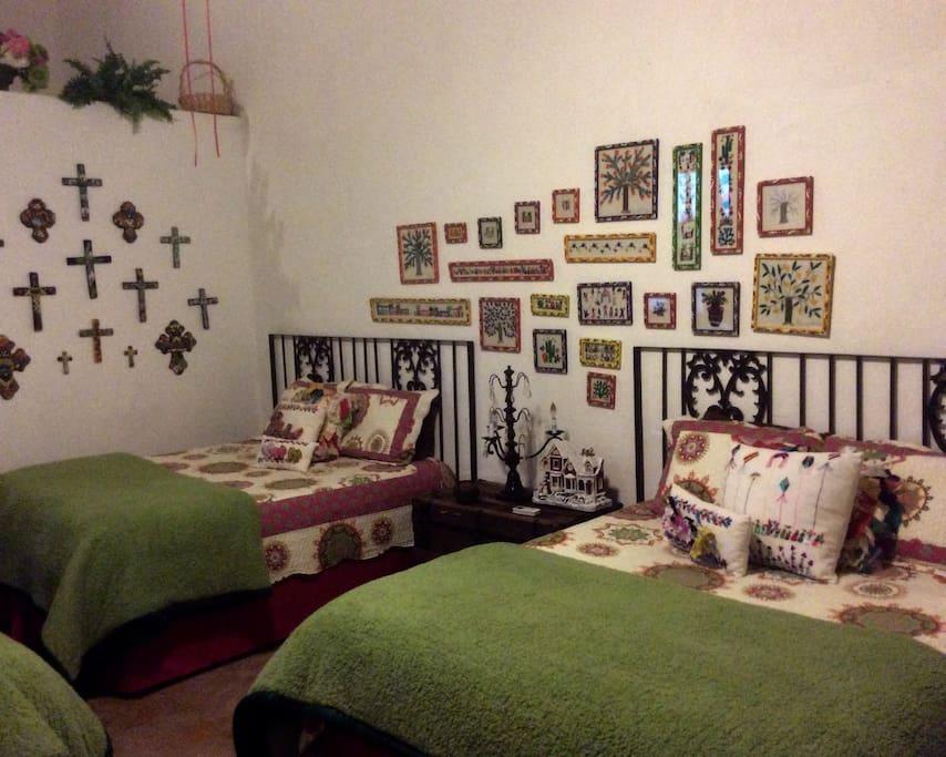 Suite #4) Cuarto lleno de arte Mexicano hecho a mano. Room filled with handmade Mexican art.