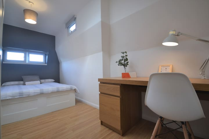 HB4-1 Premium Location in Heart of Brick Lane!