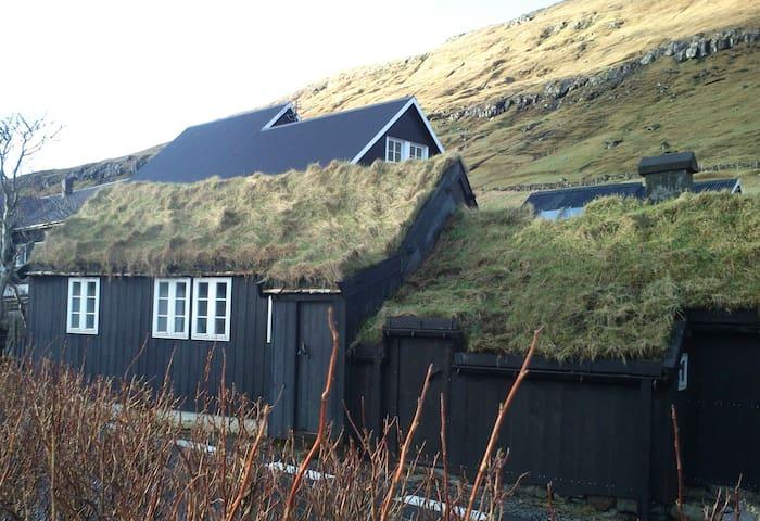 Old Cottage Home - Kollafjørður - Casa