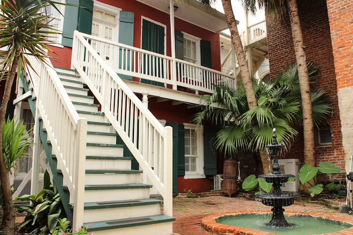 Private French Quarter Oasis 18 rooms & 21 beds