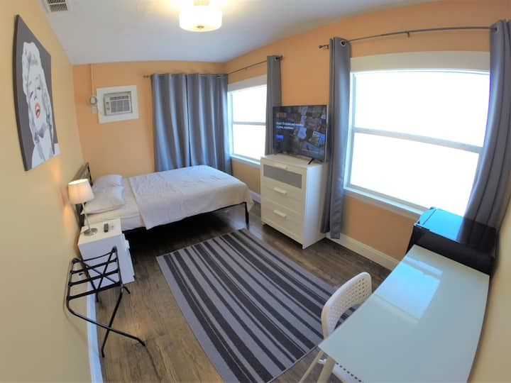 Brightest Private Room in town - Close to Beaches