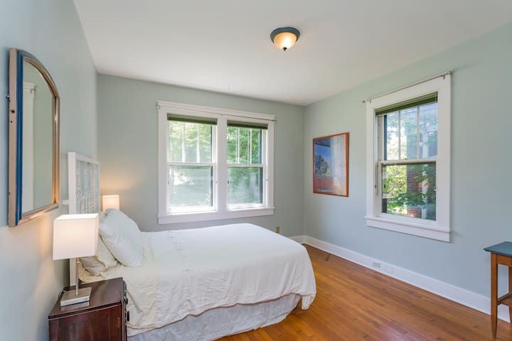 Perfect location by West End, 10min to downtown/VU