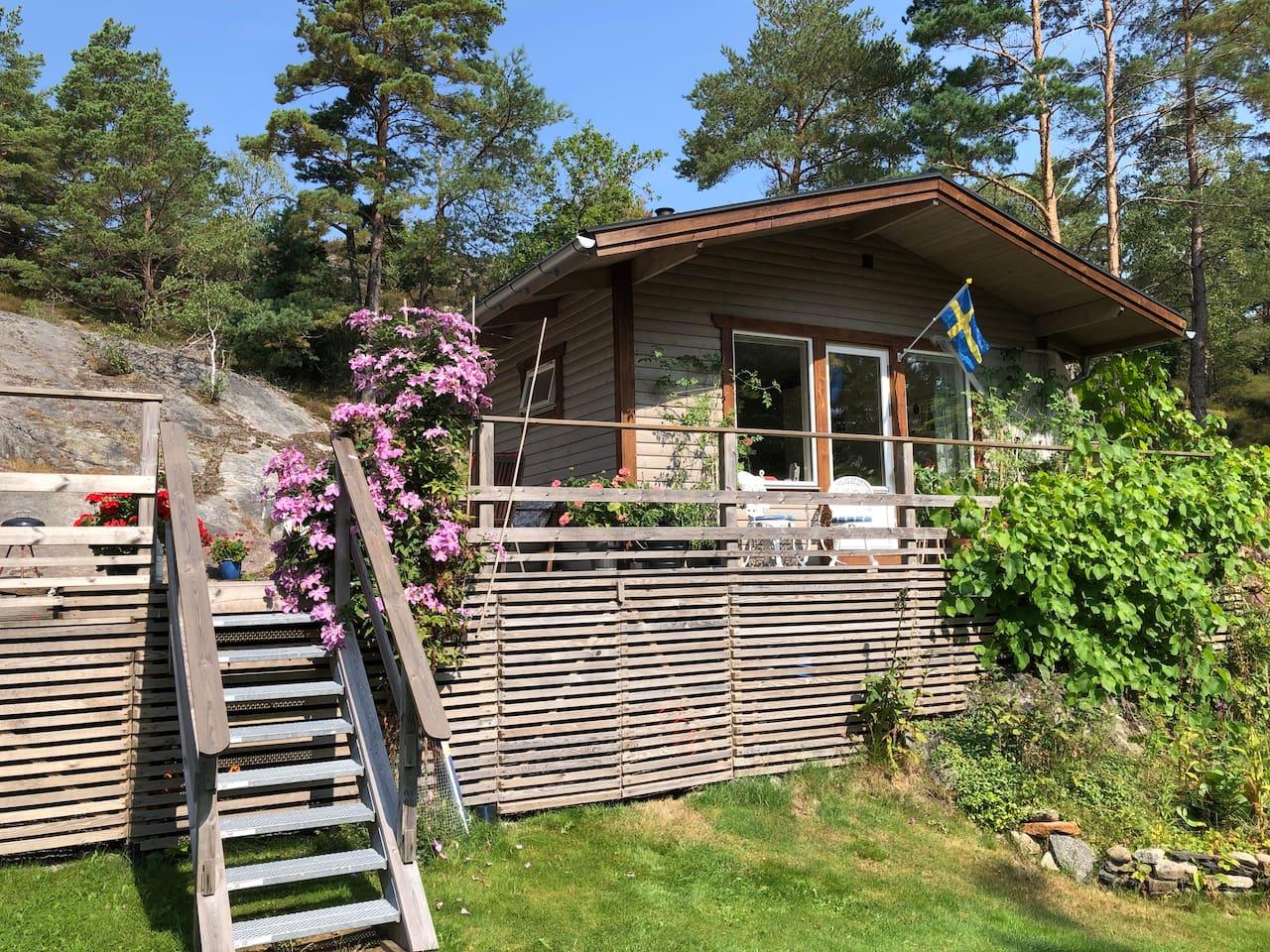 Fristående gäststuga med stor altan (Our guest cottage with large terrace)
