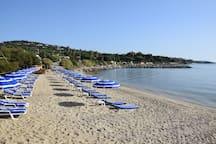 Plage privée à 200 m (avant la plage de Guerrevieille, accessible par la piste cyclable ou par le sentier des douaniers qui longe la plage)
