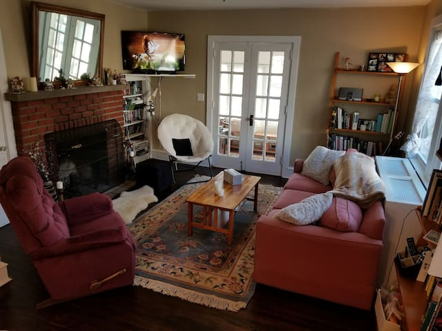 4 bedroom 2 bath home w fireplace Narberth PA
