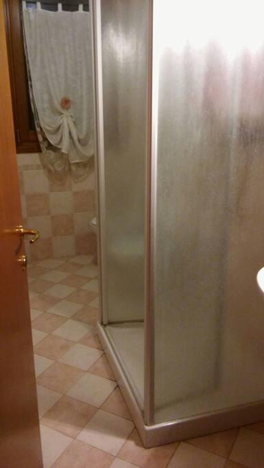 Wc, bidet, doccia, lavandino