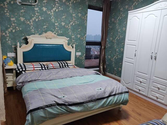 美式大床配四门衣柜,边上铝合金门直通私家露台
