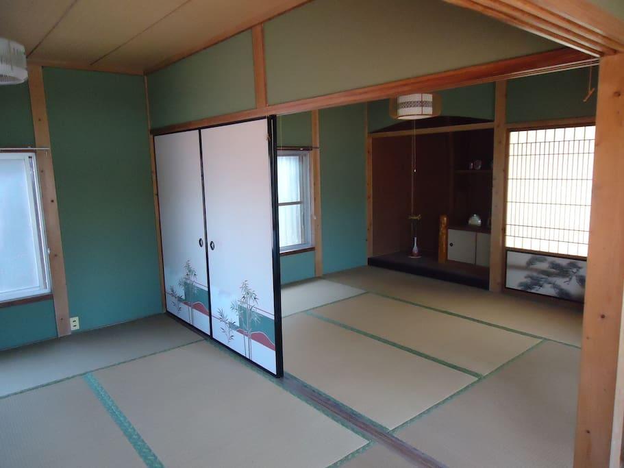 二階6畳の間3室有ります。