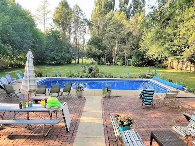 Access to common pool area and large deck (seasonal)