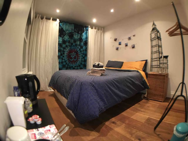 Bright & Charming Bedroom in Hammersmith