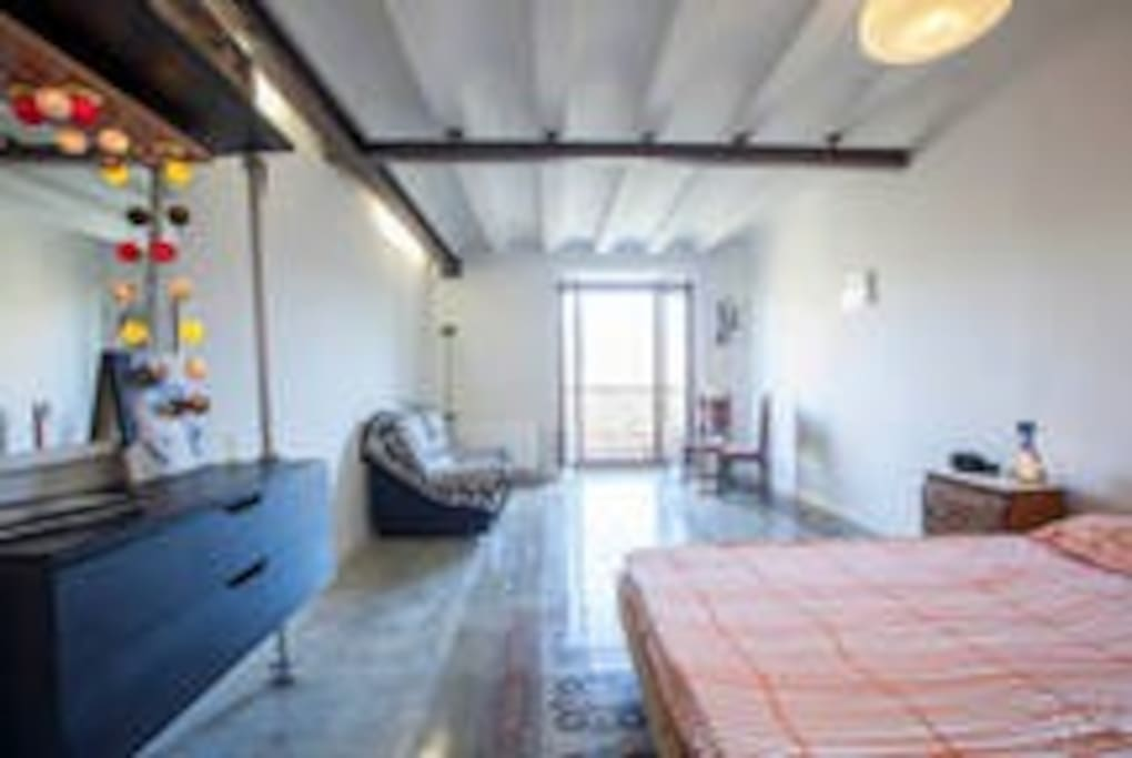 double bed 1.40 x 2,00mts with living and balcony