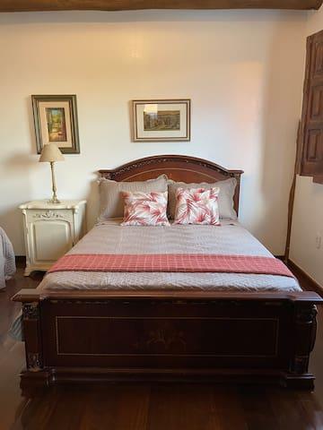 Quarto 2 (1 cama de casal e 1 cama de solteiro + 1 cama auxiliar)