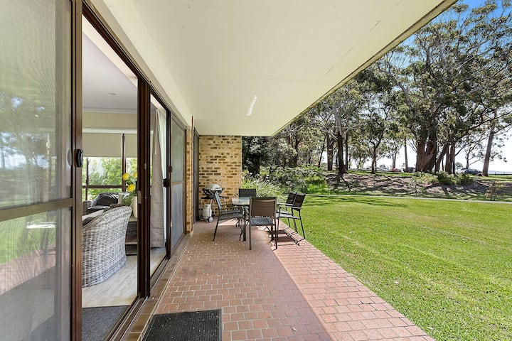 19 'Bay Parklands', 2 Gowrie Avenue - ground floor renovated unit with water views & WIFI