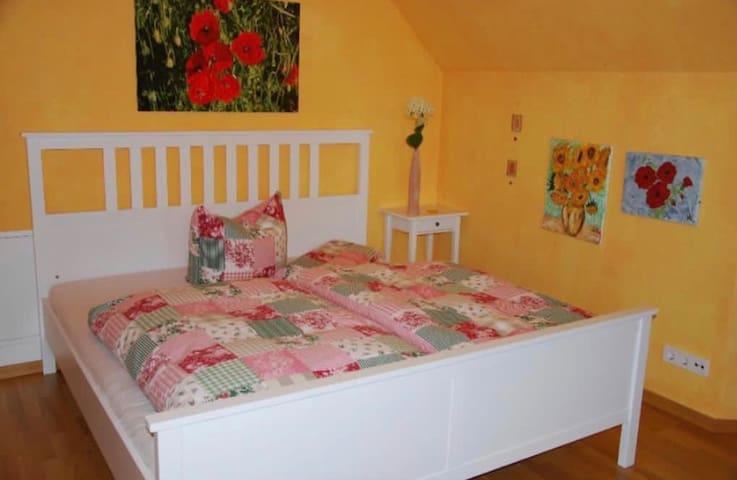 Schlafzimmer mit Doppel-Bett