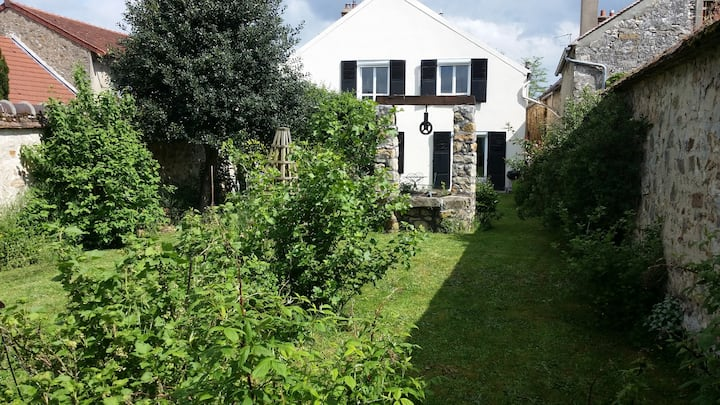 Lovely holiday cottage in Fontainebleau's forest