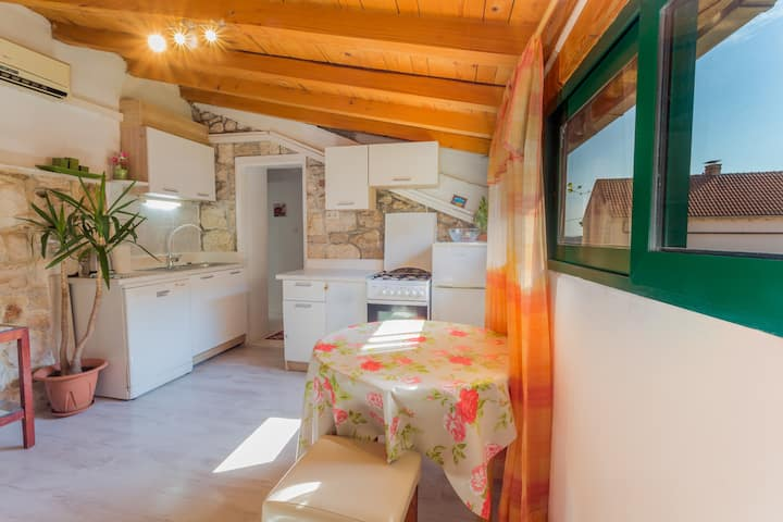 Cozy attic  in center  of Hvar with terrace