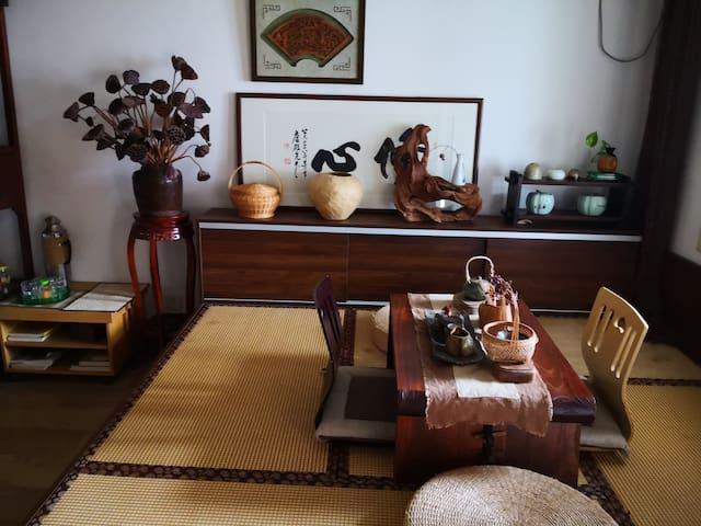 楼上客厅榻榻米-静心,白天能喝茶聊天,晚上能睡觉休息。