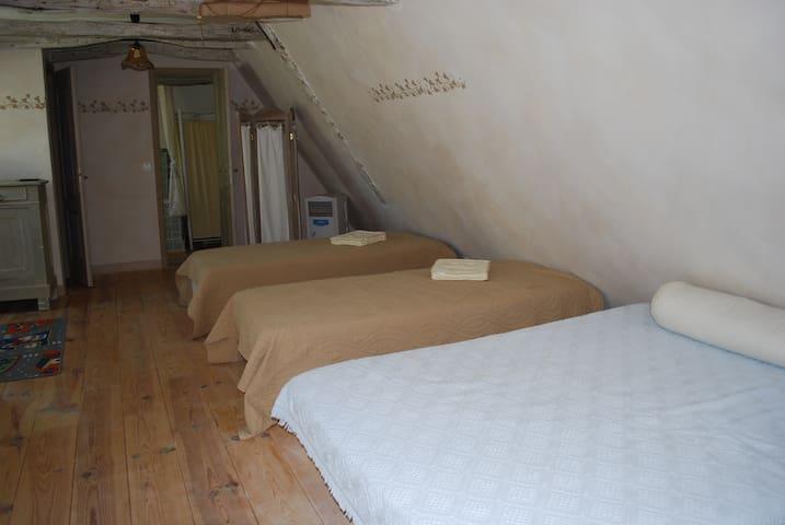 Chambre- dortoir au 1er étage: 1 lit double, 2 lits simples. Au fond salle de bains et WC séparés