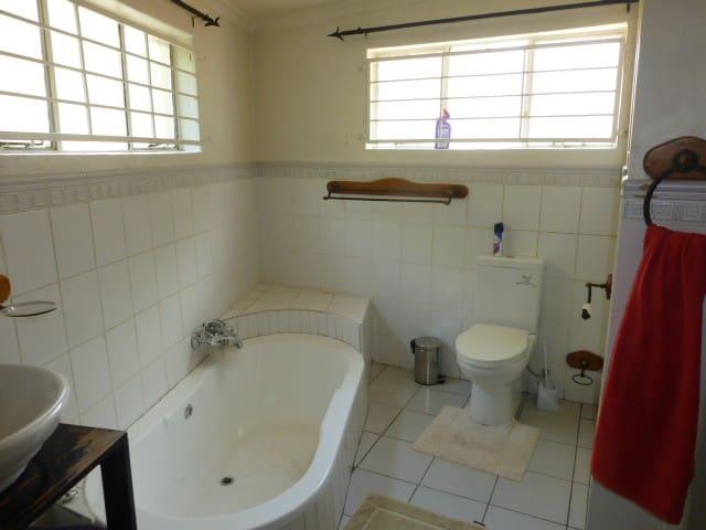 En-suite bathroom on main bedroom