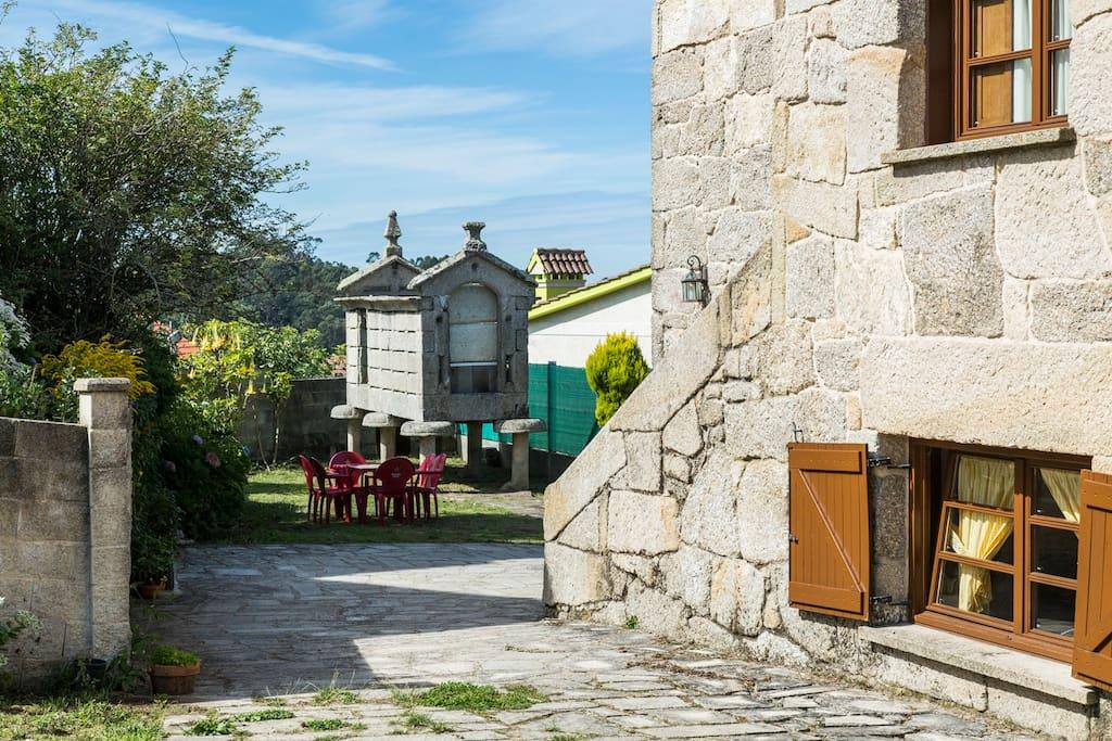 Fachada lateral, jardín y horreo