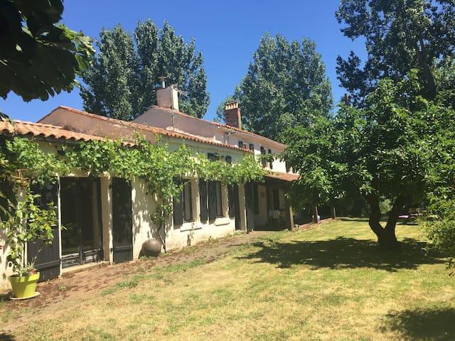 Entrée côté droit de la maison, par la salle de séjour, le salon et l'accès aux chambres à l'étage