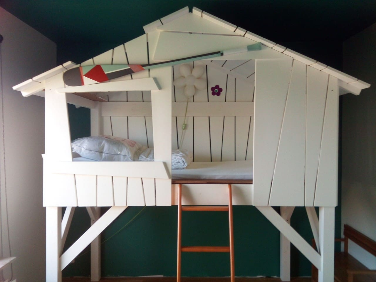 cabane sur pilotis pour faire dormir vos enfants. Le lit est fait maison!