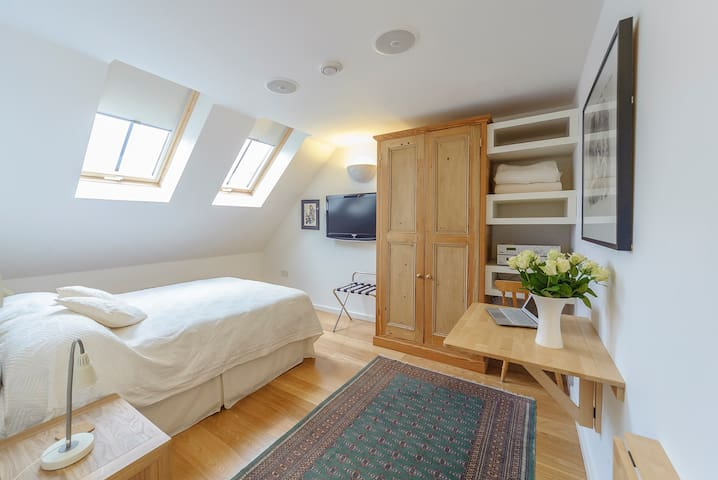 Double bedroom in modern house near Stamford