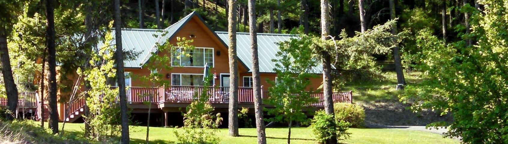 Luxurious Carmack Creek Lodge