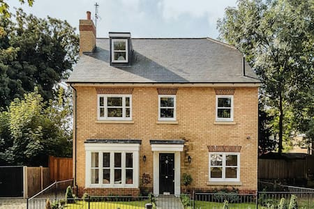Beautifully presented Luxury House - London