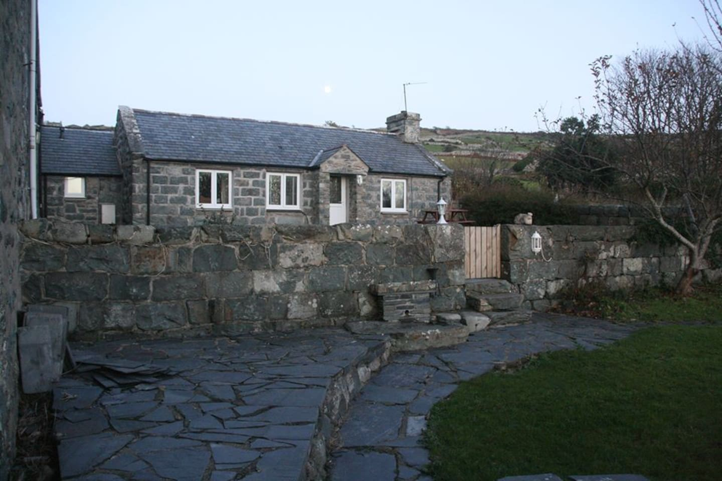 1 bedroom cottage with beautiful view from every room, enclosed garden, pets and private parking