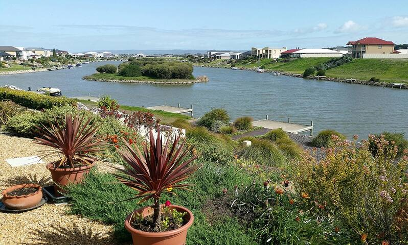Hindmarsh Island Waterfront Holiday Home + Jetty
