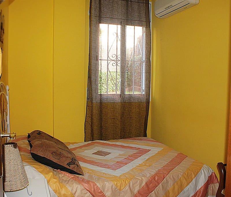 Спальня с двухместной кроватью.