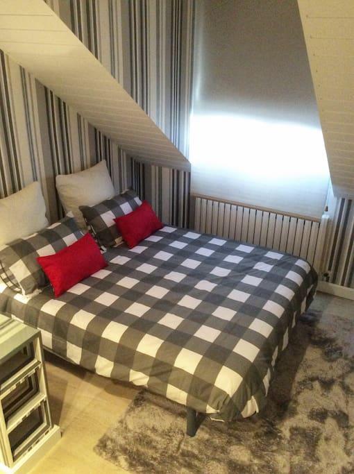 Dormitorio n*4 abuhardillado con cama de matrimonio
