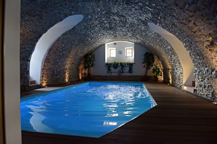 Original Art Deco,rich breakfast,indoor pool,sauna