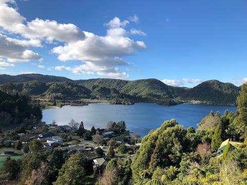 Okareka View Studio: A peaceful rural lake retreat