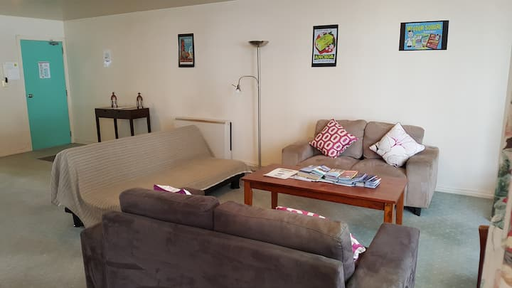Central, Spacious 2 bedroom apt, walk to cafes