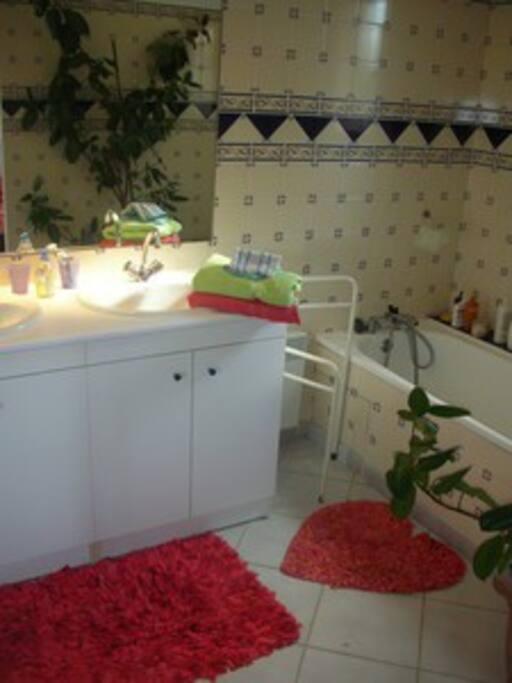 la salle de bain privative avec baignoire