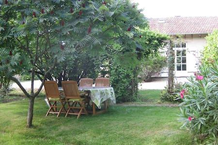 Maison de caractère avec parc et jardin ombragés - 몽레알
