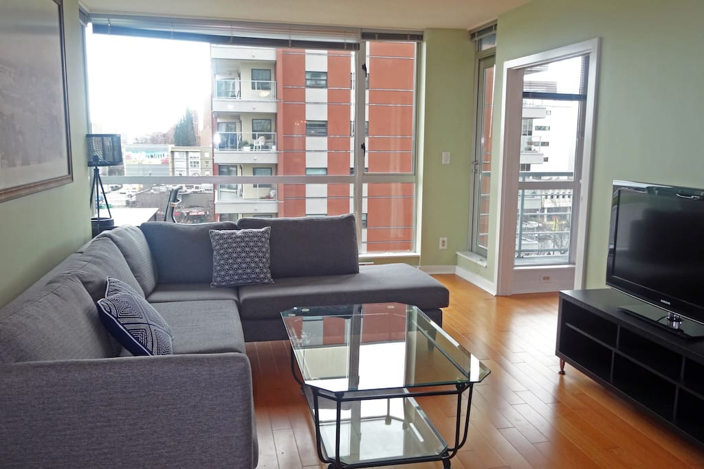 Bright open plan condo with expansive city views!