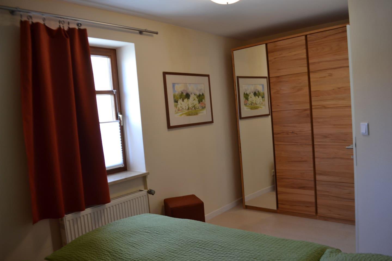 Schlafezimmer, Doppelbett mit Schrank
