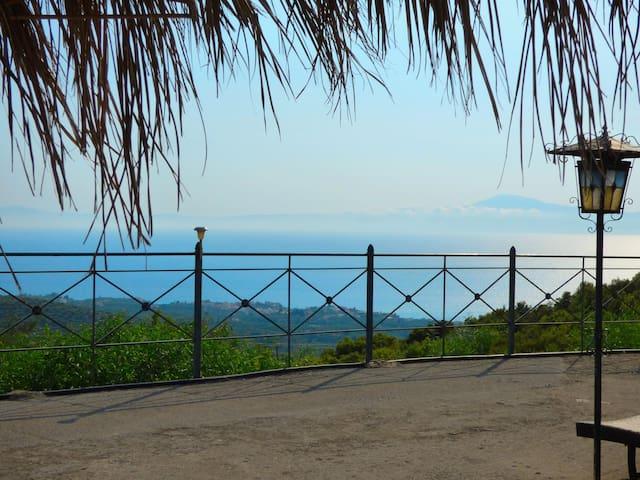 Panoramic Sea View studio with garden